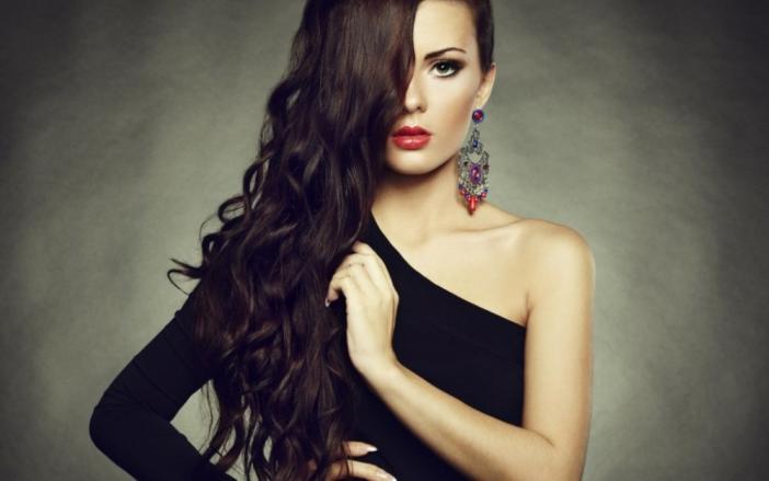 4958224a8461 Κάτω από το μαύρο φόρεμα θα ταιριάζει τέλεια μακιγιάζ βράδυ. Η εικόνα ενός  γυναικείου vamp είναι ένα κλασικό
