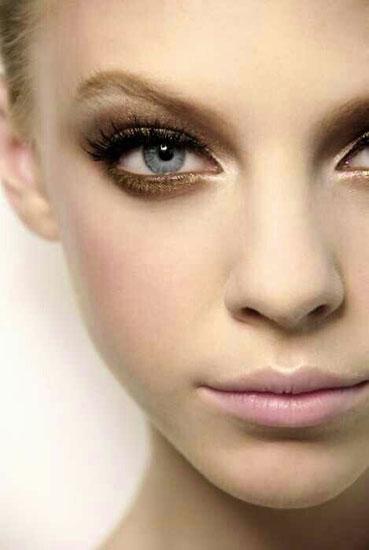 2ab02850b0bd Λάβετε υπόψη ότι η υπερβολική χρυσή και λάμψη στο μακιγιάζ σε συνδυασμό με  το κίτρινο φόρεμα είναι απαράδεκτη. Πρώτον