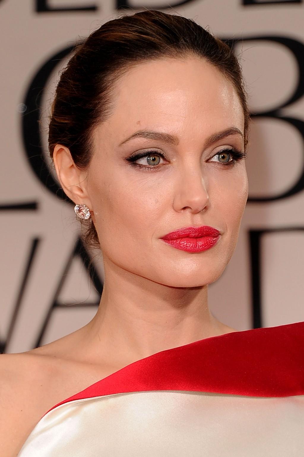 c59db8916b28 Το μακιγιάζ για ένα κόκκινο φόρεμα για μια καστανά μαλλιά παρέχει μια  έμφαση στα χείλη. Τα μάτια είναι καλύτερα να κατανέμονται λίγο με τη  βοήθεια του ...